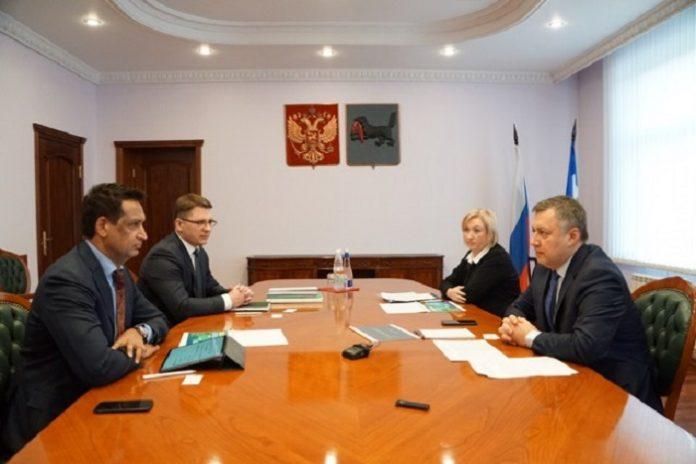 Врио губернатора Иркутской области Игорь Кобзев и президент АО «Фармасинтез» Викрам Пуния